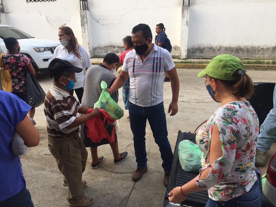 Entregan despensas al adulto mayor en Tihuatlán